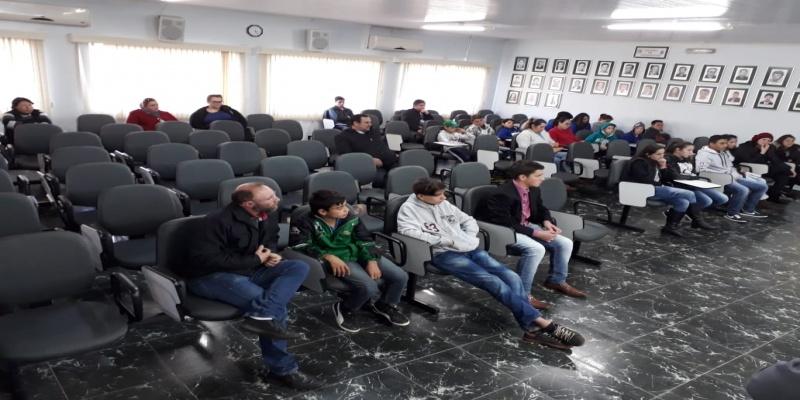 Câmara Jovem de São Domingos aprova uma indicação e participa de palestra dos Bombeiros